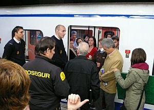 La Policía Nacional desaloja un vagón del Metro de Madrid. (Foto: EFE)
