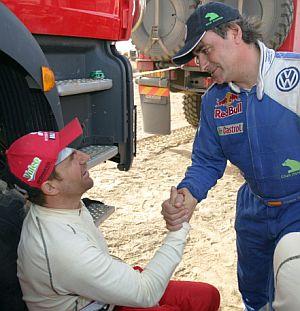 Sainz se saluda con Peterhansel al final de la séptima etapa. (Foto: AFP)