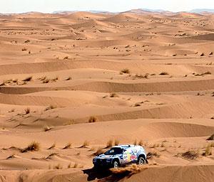 El Touareg de Sainz en una duna del desierto mauritano. (Foto: AP)