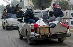Féretro de un empleado de canal Al-Iraqia tiroteado en Bagdad este domingo. (Foto: EFE)