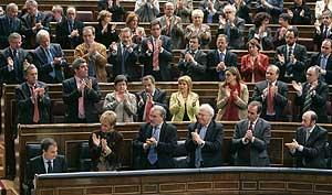 Los diputados socialistas aplauden al presidente Zapatero. (Foto: EFE)