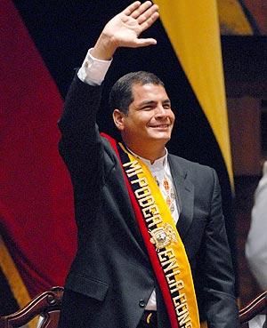 Rafael Correa saluda durante el acto de toma de posesión en Quito. (Foto: EFE)