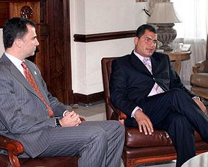 El Príncipe Felipe, junto a Correa. (Foto: AP)