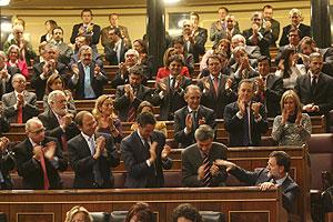 Aplausos para el líder del PP.. (Foto: Alberto Cuéllar)