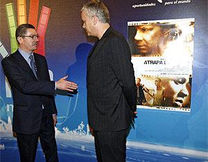 Gallardón tiende la mano al actor durante el posado fotográfico. (Foto: B. Rivas)