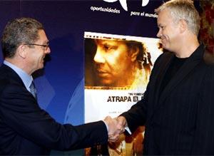 El alcalde de Madrid y el actor, durante el posado. (EFE)