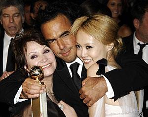 Iñárritu posa con el premio y con dos de las actrices de 'Babel', Adriana Barraza y Rinko Kikuchi. (Foto: AP)