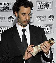 Sacha Baron Cohen posa con su galardón. (Foto: EFE)