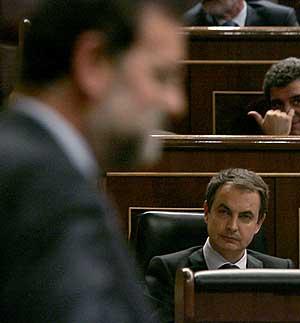 Zapatero observa la intervención de Rajoy durante el debate de ayer. (Foto: EFE)