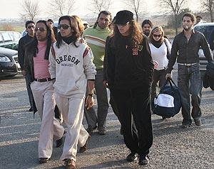 'Farruquito' (de blanco), a su llegada a prisión acompañado por familiares. (Foto: Fernando Ruso)
