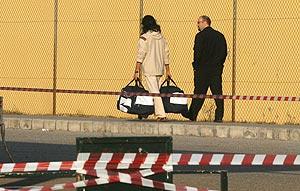 'Farruquito', de espaldas y con su equipaje, tras despedirse de su familia. (Foto: Fernando Ruso)