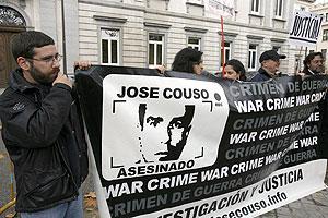 Concentración de familiares y compañeros de Couso ante el Supremo. (Foto: EFE)