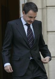 Zapatero, a las puertas de la Moncloa. (Foto: Javi Martínez)