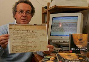 Giuseppe Pallanti muestra el documento que certifica la fecha de la muerte de 'Mona Lisa'. (Foto: EFE)