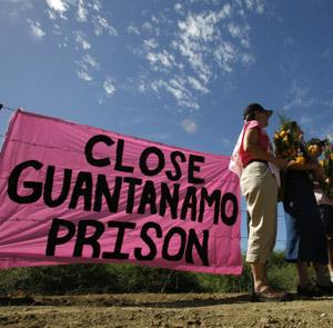 Un cartel pide el cierre de Guantánamo en una reciente protesta. (Foto: REUTERS)