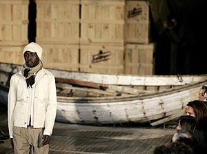 Uno de los modelos inmigrantes durante el desfile de Miró. (Foto: REUTERS)