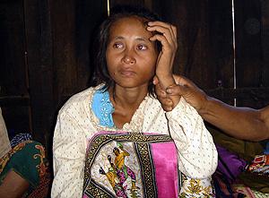 La joven camboyana, en su casa, tras su aparición. (Foto: AFP)