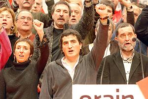 Los líderes 'abertzales' Ibon Arbulu ,Iziar Lopategi e Iñaki Antiguedad en el palacio de congresos Euskalduna de Bilbao. (Foto: Patxi Corral)