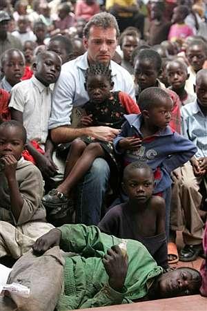 Un activista sigue un debate del FSM entre decenas de niños kenianos. (Foto: AP)