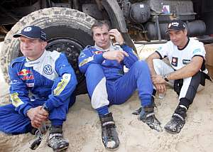 Sainz junto a su copiloto Michel Perrin (i) y el portugués Carlos Sousa. (Foto: AFP)