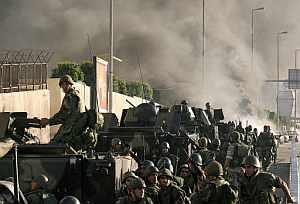 Soldados libaneses llegan a una zona de enfrentamientos en Beirut. (Foto: AFP)