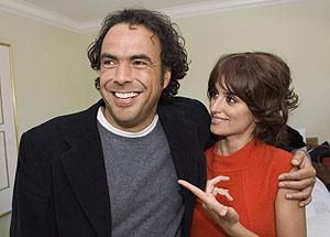 Penélope Cruz y González Iñárritu, director de 'Babel', el pasado martes, cuando se anunciaron las candidaturas de los Oscar. (Foto: REUTERS)