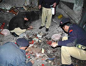 Varias personas observan el centro religioso tras la explosión. (Foto: REUTERS)
