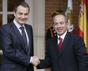 Rodríguez Zapatero saluda al presidente de México, Felipe Calderón. (Foto: EFE)