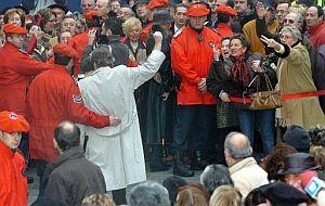 Antonio Aguirre, del Foro de Ermua, alza el puño frente a decenas de ciudadanos que le increpan. (Foto: EFE)