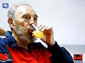 Castro tomando un zumo en su último vídeo. (Foto: REUTERS)