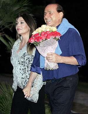 Berlusconi, junto a su mujer, en un encuentro con el presidente ruso Putin. (Foto: AFP)