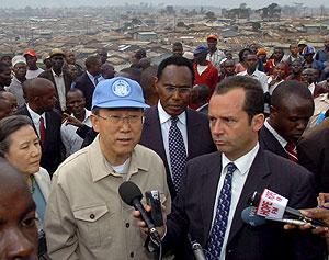 El secretario general de la ONU, Ban Ki-moon, durante su visita al suburbio de Kibera en Nairobi, Kenia. (Foto: EFE)