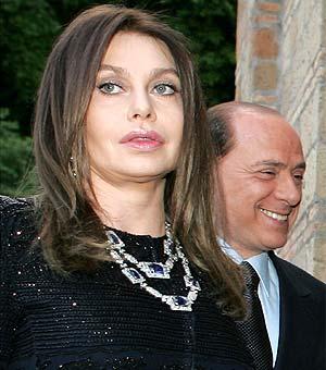 Veronica Lario, junto a Silvio Berlusconi, en una imagen de 2004. (Foto: REUTERS)