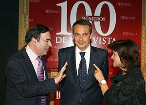 Rodríguez Zapatero, la ministra de Cultura, Carmen Calvo (d), y el director de El Mundo, Pedro J. Ramírez. (Foto: José Ayma)