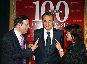 Pedro J. Ramírez conversa con Zapatero y la ministra de Cultura. (Foto: EFE)