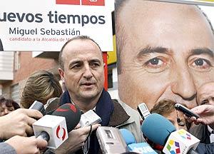 Sebastián atiende a la prensa durante un acto reciente. (Foto: EFE)
