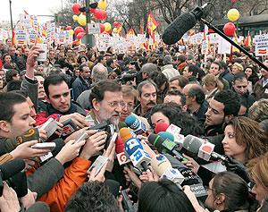 Rajoy ante los medios antes de comenzar la marcha. (Foto: EFE)