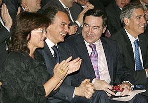 La ministra de Cultura, Carmen Calvo, junto a un sonriente Zapatero y a Pedro J. Ramírez. (Foto: EFE)