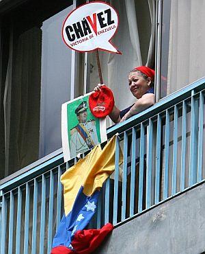 Una mujer venezolana sostiene un cartel de apoyo a Chávez (Foto: EFE)