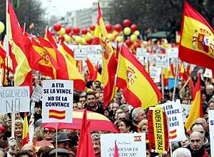 Los manifestantes mostraron bandera de España. (Foto: AFP)