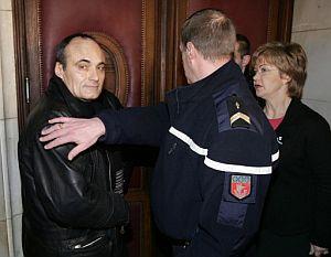 Philippe Val, director del 'Charlie Hebdo', es conducido al interior del juzgado. (Foto: AFP)