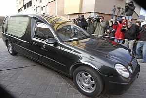 Momento de la salida del coche fúnebre con los restos mortales de Erika Ortiz de su domicilio. (Foto: EFE)