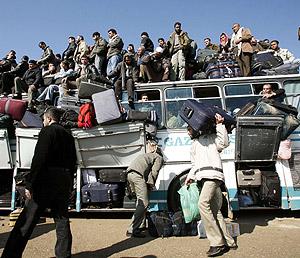 Decenas de palestinos, de camino al cruce de Rafah. (Foto: REUTERS)