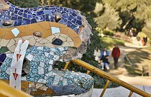 El dragón del parque Güell de Barcelona, dañado. (Foto: EFE)