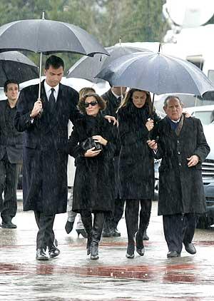 Los Príncipes de Asturias a su llegada al tanatorio junto con Paloma Rocasolano y Francisco Rocasolano, madre y abuelo de la fallecida .(Foto: EFE)