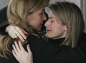 La Princesa Letizia se abraza con la Infanta Cristina. (Foto: AP)