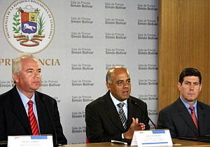 Responsables del Gobierno venezolano y de AES anuncian la compra. (Foto: AFP)