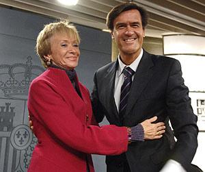 De la Vega se despide del ministro de Justicia, Juan Fernando López Aguilar. (Foto: EFE)