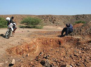 Dos hombres, supuestos amigos de las víctimas, observan el lugar donde ocurrió el brutal ataque. (Foto: EFE)