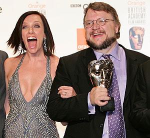 Guillermo del Toro, junto a la actriz Toni Collette, que le entregó el premio. (Foto: AFP)